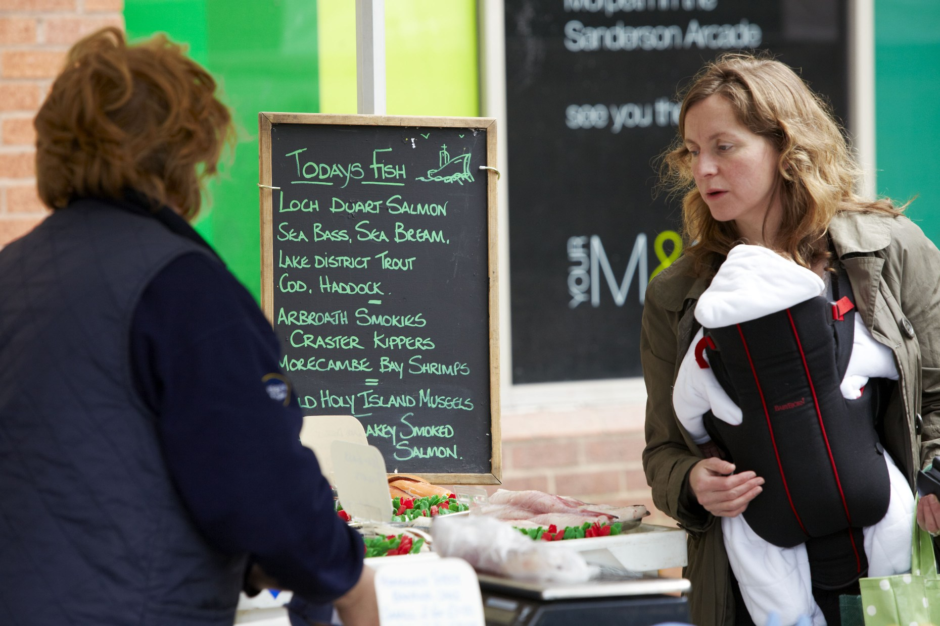 Mother and child Shopping in Morpeth ©www.visitnorthumberland.com.