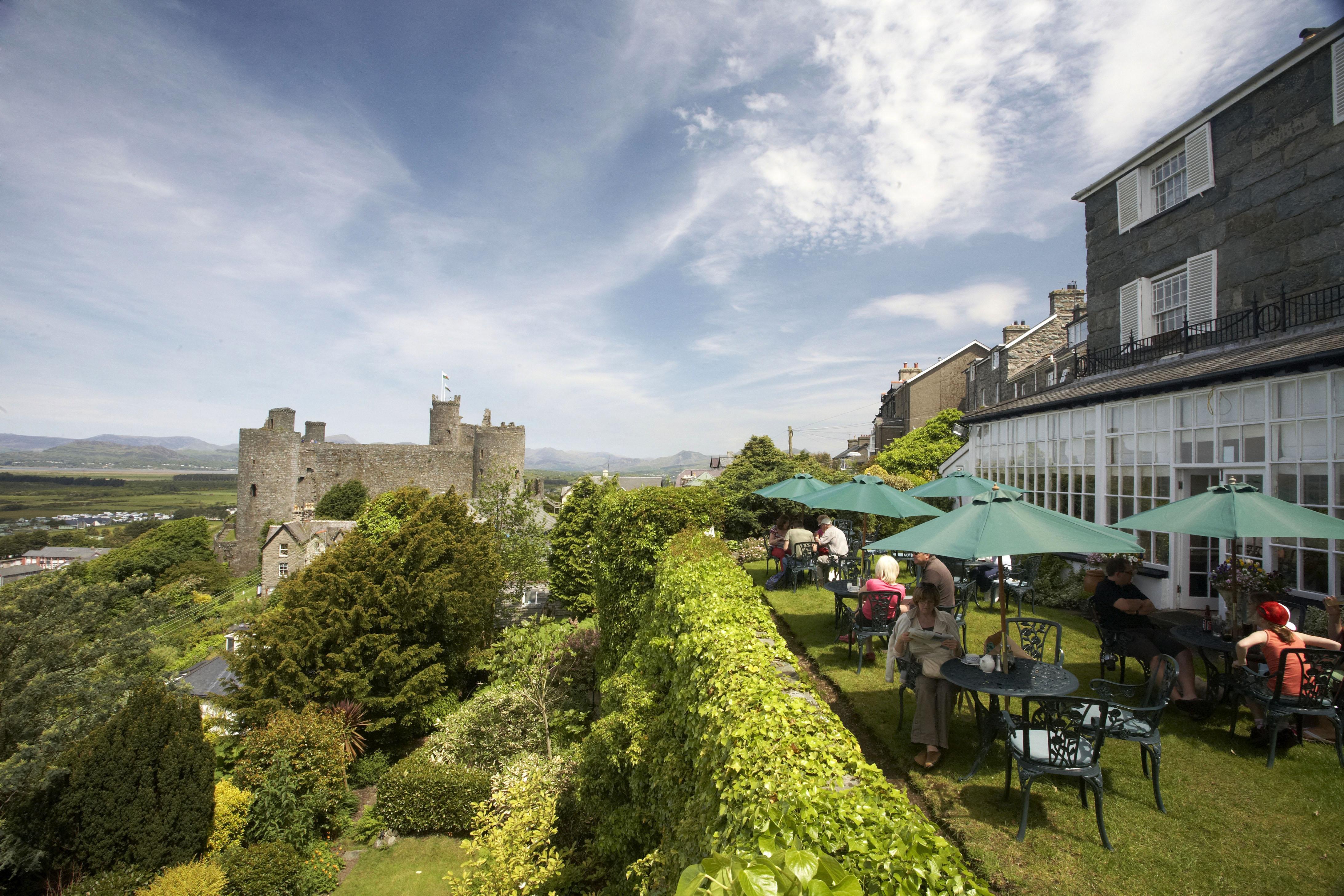 Golygfa o'r Castell Caffi Harlech © Gwynedd Council