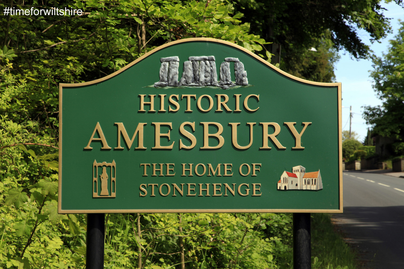 The town sign saying Historic Amesbury the home of Stoehenge © www.visitwiltshire.co.uk