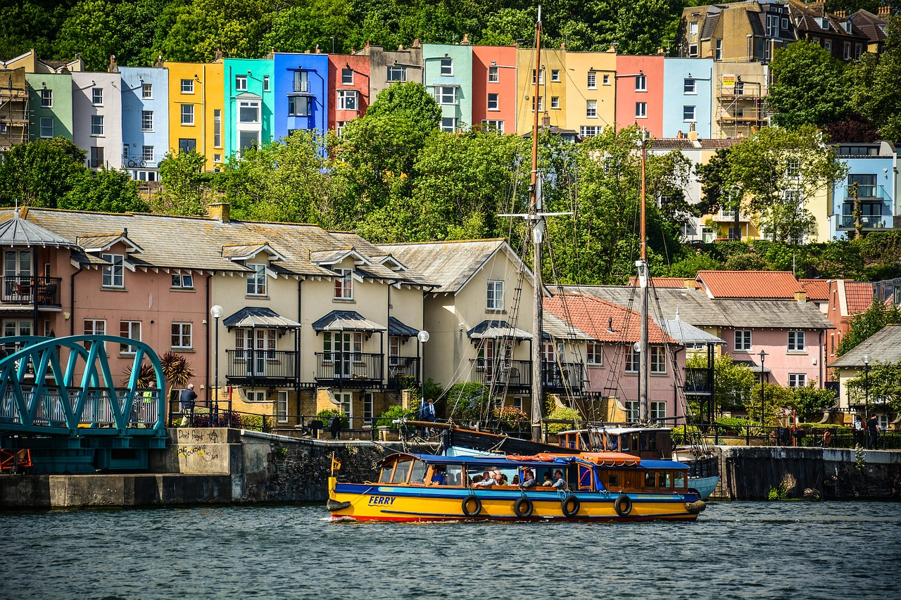 colourful buuildings overlook Bristol Harbour © Steelfish on Pixabay