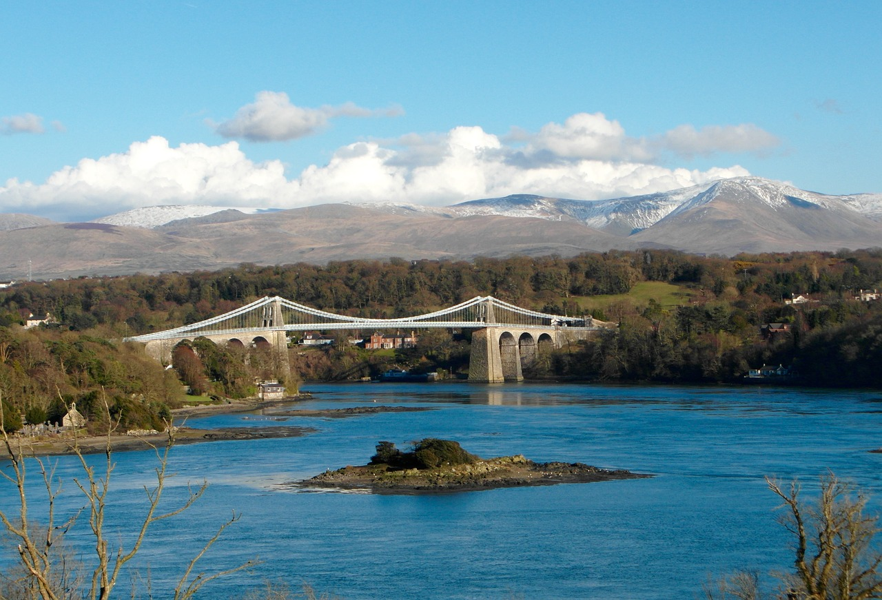 Menai Bridge © SueCG on Pixabay