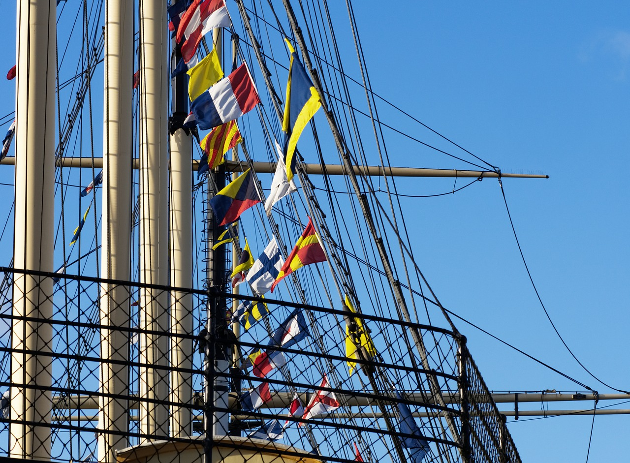 rigging SS Great Britain showing colourful flags © Aitoff on Pixaby