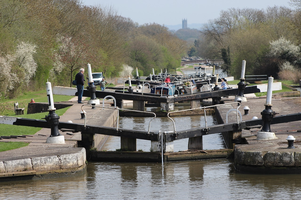 Hatton locks, a flight of 21 locks on the Grand Union Canal by johninternethayes on pixabay